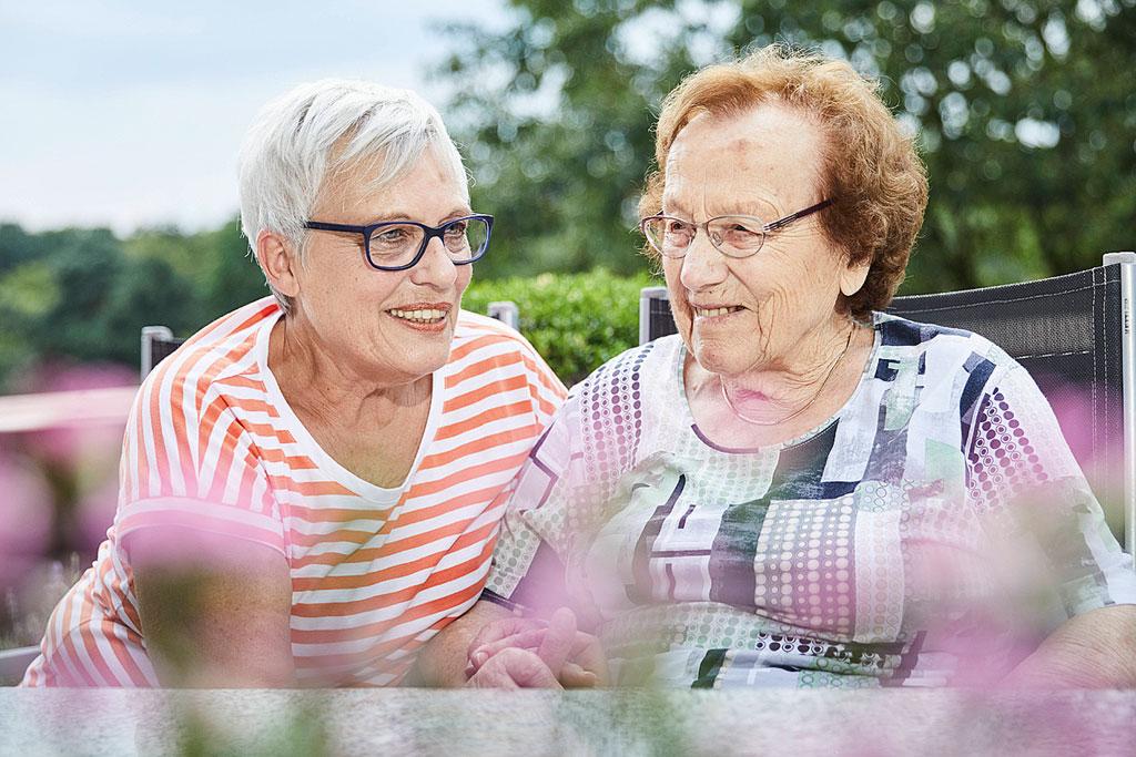 Foto: Ehrenamtlerin Elke Meier kümmert sich im Haus Simeon um Senioren