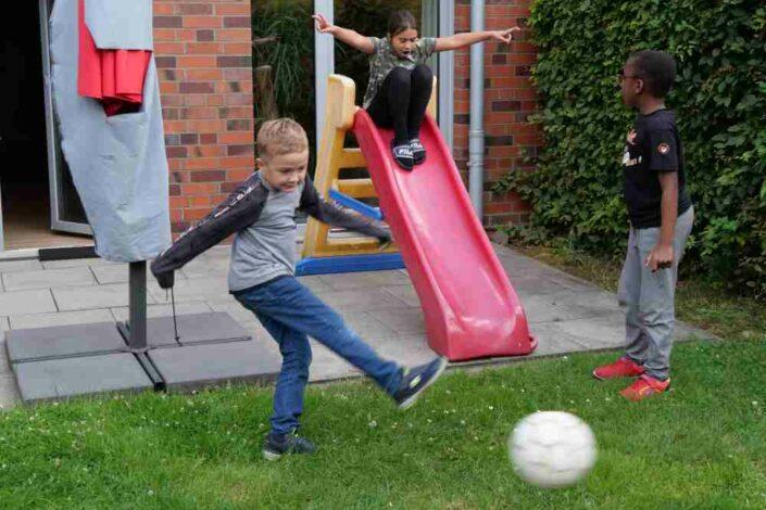 Foto: Spielende Kinder im Garten, Ferienbetreuung