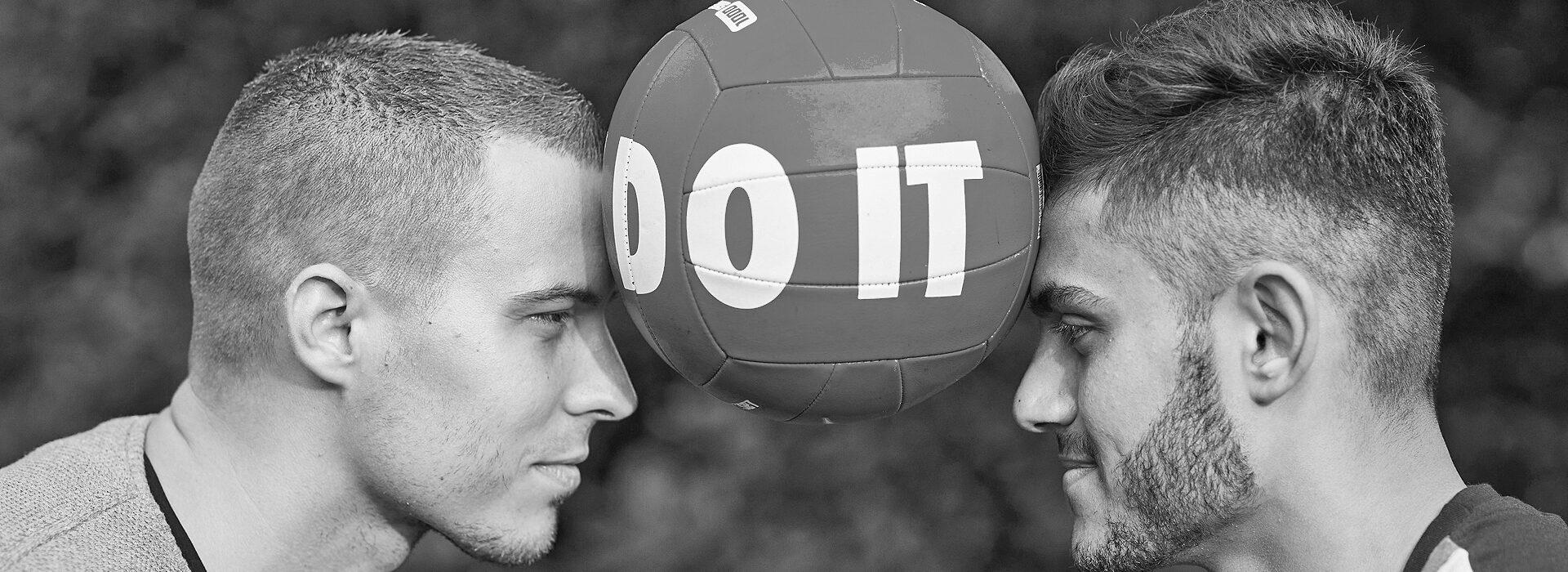 Foto: zwei Männer mit Ball