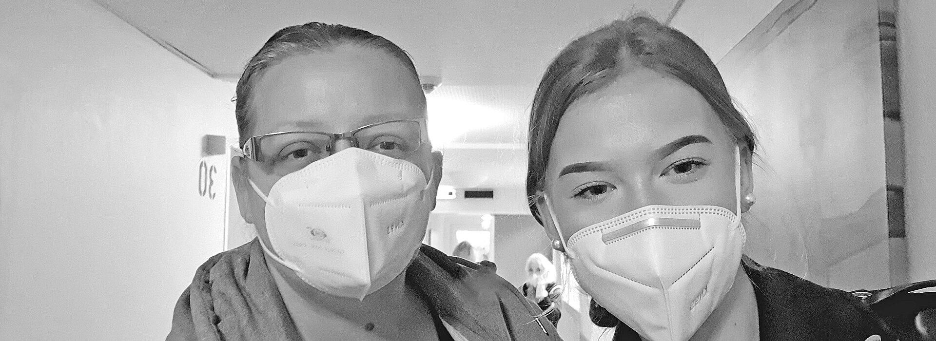 Foto: zwei junge Frauen mit FFP2-Masken