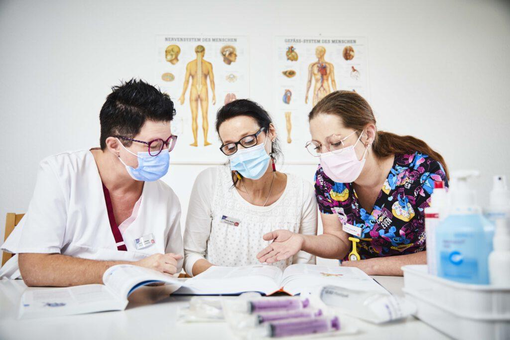 Foto: drei Pflegekräfte lernen